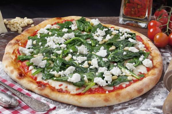 Pizza-mit-Schafskase-und-Spinat